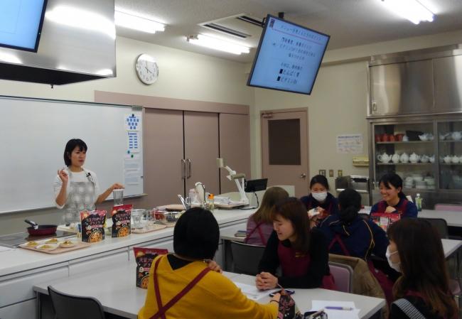 「ベレグラ」開発中の駒沢女子大学学生