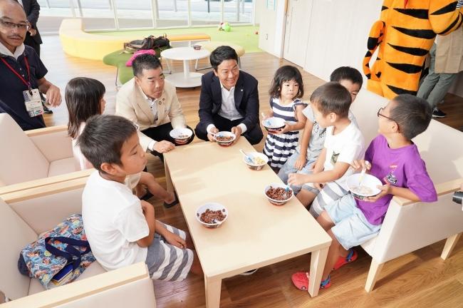 子どもと朝食シリアルを楽しむ 滋賀県 三日月大造知事と甲賀市 岩永祐貴市長