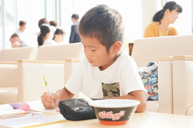 シリアル朝食のあと 勉強に励む子どもの様子