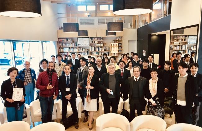 行政関係者、福祉に従事者および学生、デザイン・建築従事者および学生を中心に30名を超える参加者が「as a cafe」に集まった