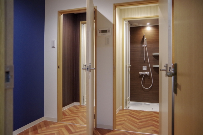 シャワーユニット2基。混雑せずに利用することができます。長期滞在者向けに洗濯機もご利用いただけます。
