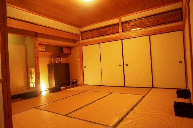 ドミトリー6名部屋。1人1泊あたり2500円。相部屋となります。