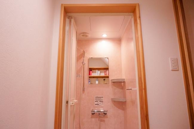 独立したシャワールーム、トイレを完備しており、女性の方に安心してお使いいただけます。