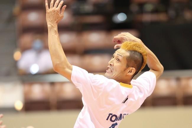 金髪モヒカンで試合に臨んだアドラーズ・富松選手(東レ)