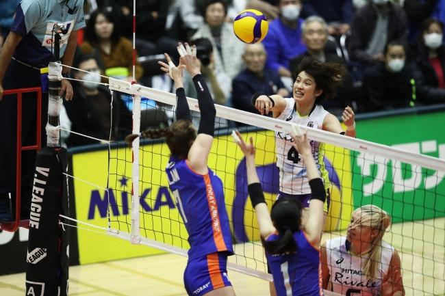 ブロックを巧みにかわす日立・窪田選手(対東レ戦 第1セット)