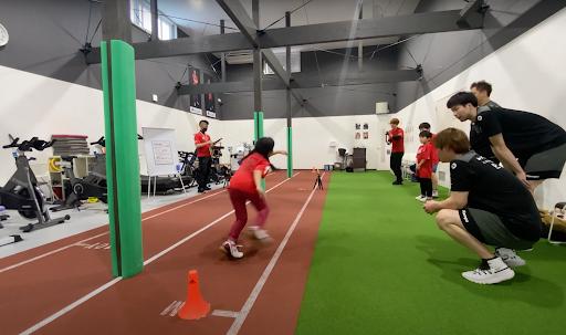 体力測定を行う子どもたちとこの日同席したヴォレアス北海道の選手ら