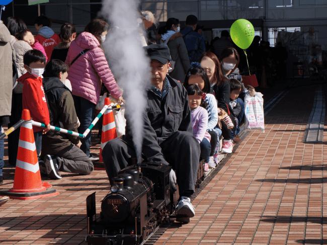 ミニ機関車の体験乗車(昨年度の様子)