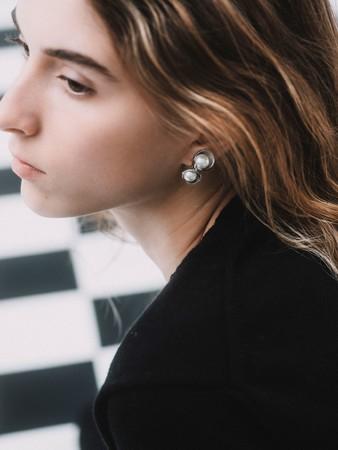艶のあるシルバーとクリーミーなプラスチックパールの組み合わせが美しいアイテム。見る角度によって、違った表情を持ちます。 上品でありながら、大人の遊び心のあるイヤリングです。