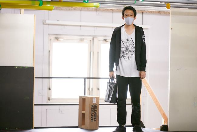 主人公サラリーマン・萬代(ばんだい)を演じる梅澤裕介(梅棒)/撮影:飯野高拓(梅棒)
