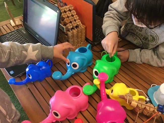 工場のパトランプの変化の検知などの色の変化について、子たちの実験の様子