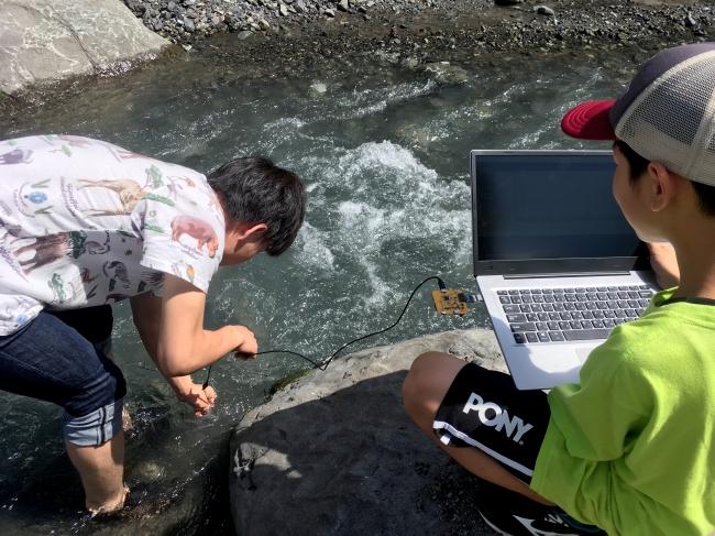 水流センサーを使い、川の流れを測定。川の流れの様子を可視化し川での事故を未然に防ぐ
