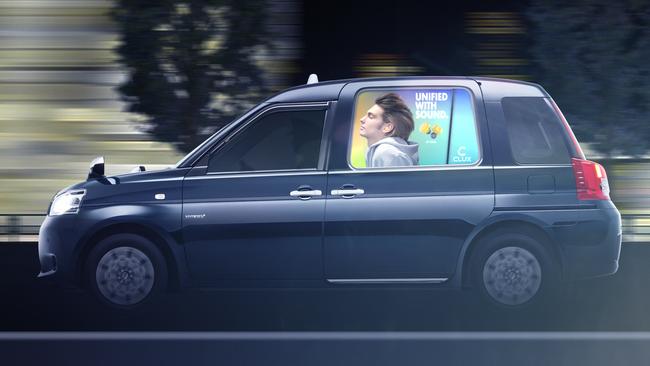 サイドガラスに広告を映し出す国内初の車窓モビリティサイネージサービス
