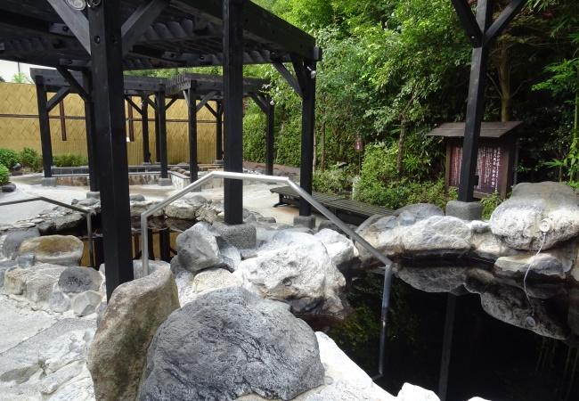 源泉かけ流しの露天風呂2