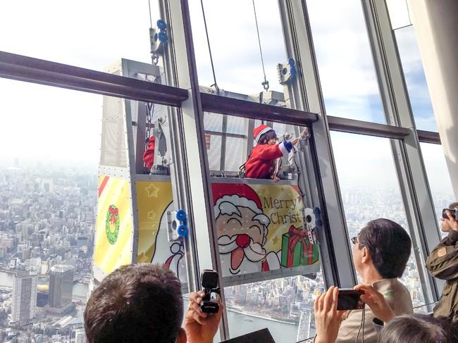 東京スカイツリー展望台窓ガラス清掃(過去の様子)(C)TOKYO-SKYTREE