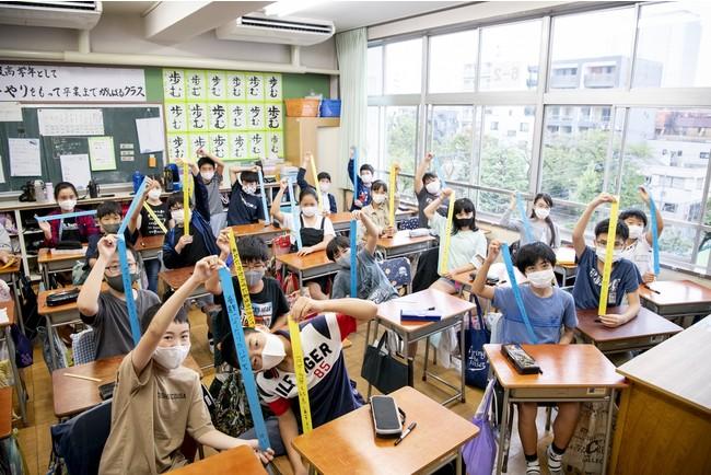 △業平小学校の児童たちが願いごとを書いている様子