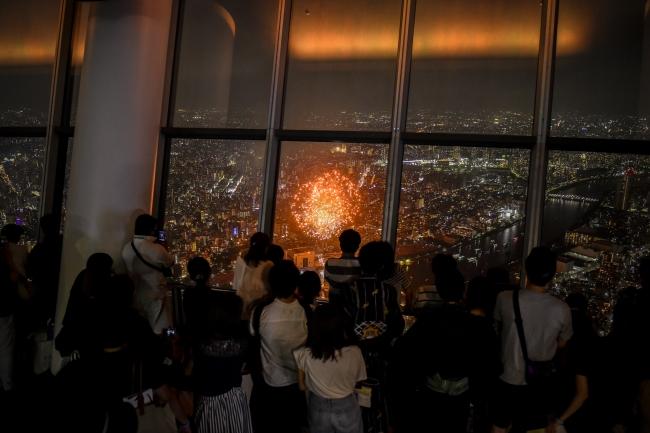 東京スカイツリーの地上155メートルの屋外を開放した「SKYTREE TERRACE」から見る隅田川花火大会(イメージ)©TOKYO-SKYTREE
