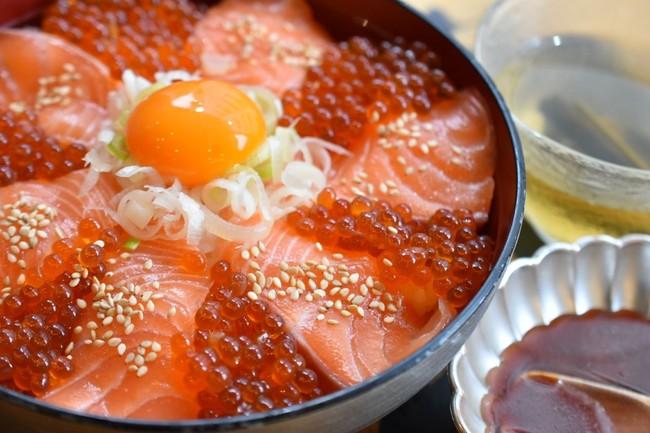 3度楽しめる!生サーモンといくらのユッケ丼(ニダイメ 野口鮮魚店)¥1,780