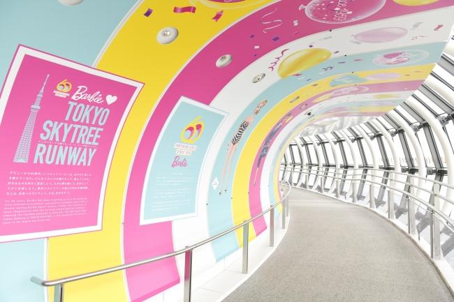 天望回廊での展示演出「Runway」 (C) 2019 Mattel. All Rights Reserved. (C)TOKYO-SKYTREE