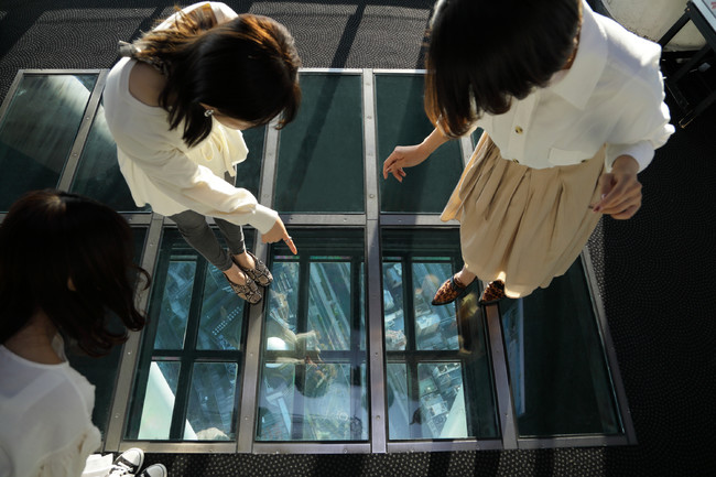 撮影スポット(ガラス床)                               ©TOKYO-SKYTREE