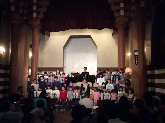 2018年12月27日の小島わかな音楽教室クリスマスコンサートでの合唱の様子。