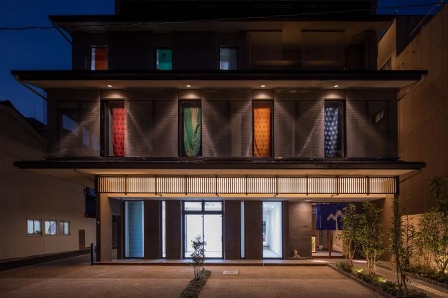 様々な和装生地で鮮やかに彩られたホテル外観