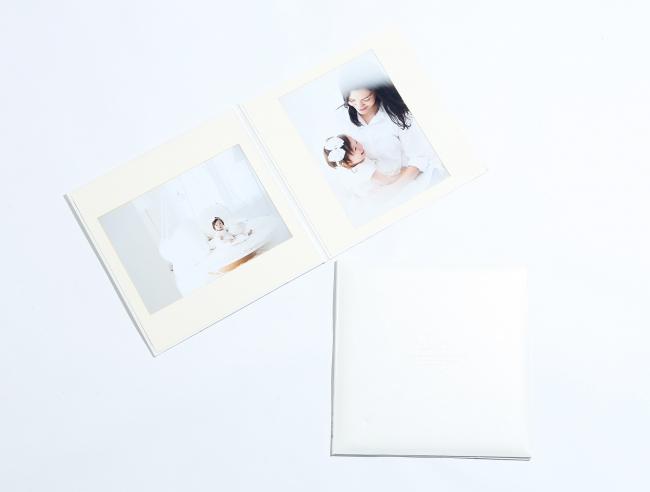 A4写真を2枚。お二人の写真も、家族写真も収録できます。