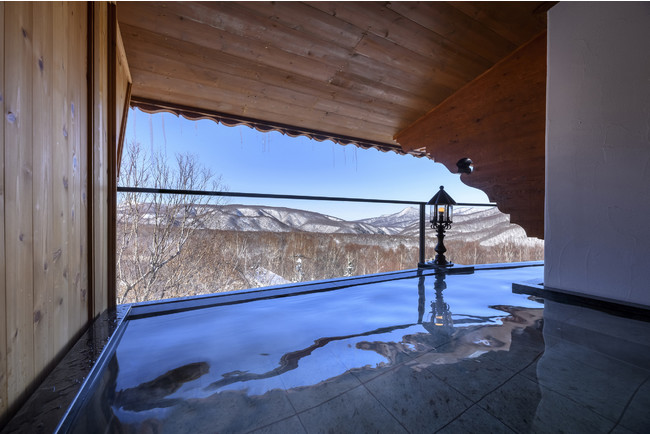 地上4Fから奥志賀高原の絶景を楽しめる空中露天風呂
