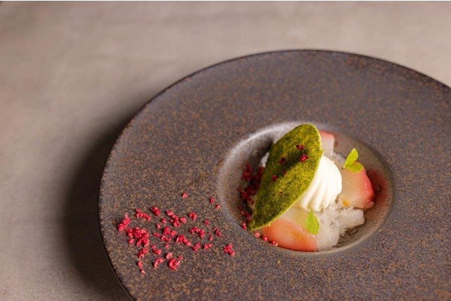 「和梨のグラニテ×チーズケーキ」 くちどけ滑らかなチーズケーキ、和梨のグラニテ、洋梨のコンポートと口の中でいろいろな食感が楽しめる1品です。