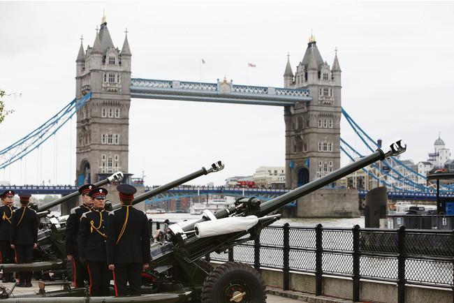 ロンドン塔からテムズ川に向けて放たれる皇礼砲