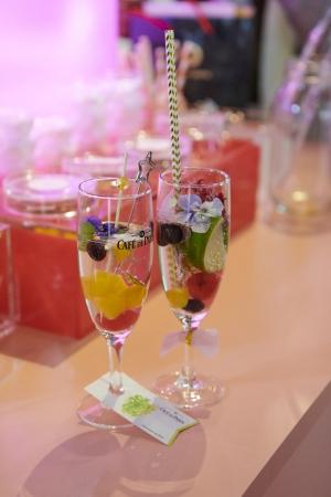 グラスに付けたタグは、 のんさんが描いたフルーツのイラストを入れたデザイン