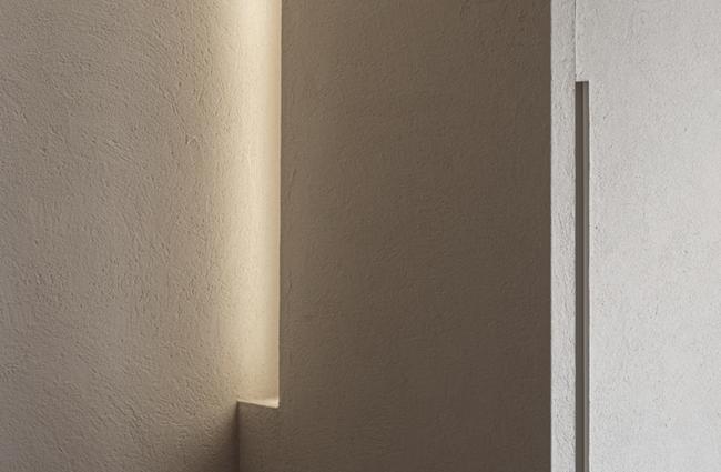 壁と建具を左官仕上げに統⼀することで⽣まれるエレガンス。