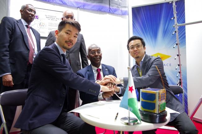 (前列左から)DFP 武藤、ジブチ共和国 駐日大使 Ahmed Araita Ali、ワープスペース 常間地