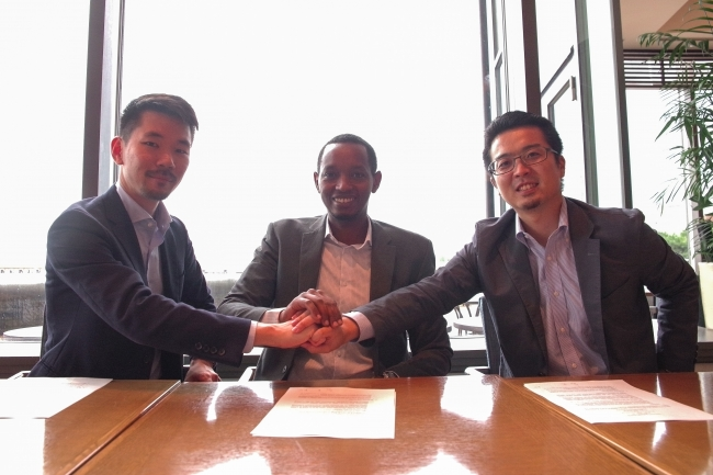 (左から)武藤、 ルワンダ共和国 Broadband Systems Corporation CEO Christian MUHIRWA、常間地