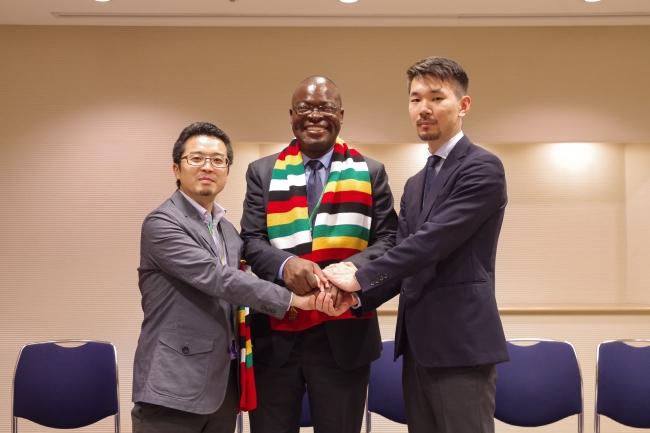 (左から)常間地、ジンバブエ共和国高等教育・科学技術発展省大臣 Amon Murwira、武藤