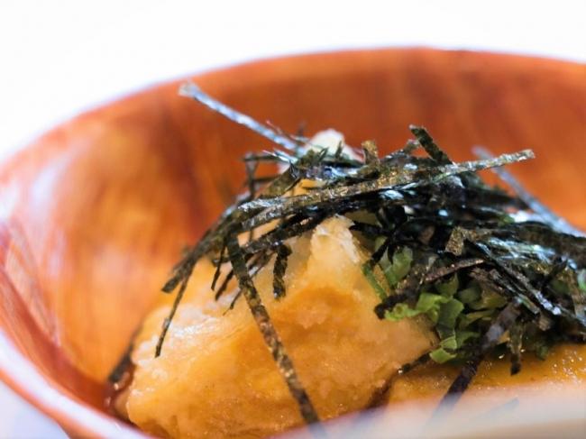 おつまみには揚げ出し豆腐も。和の味でリラックス