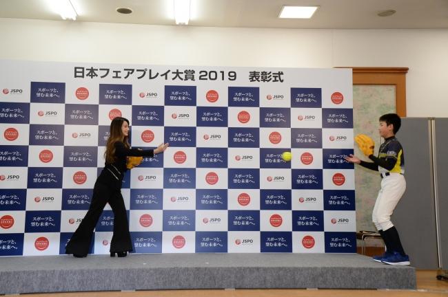 キャッチボールをするダレノガレ明美さん(左)と井上史弥さん