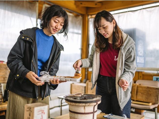 地元の干物を七輪焼で食べる朝食