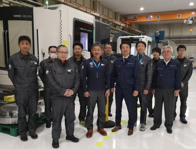 航空エンジン部品産業への参入を果たした北菱とエヌブリッジのチーム (前列中央左・北菱谷口社長、中央右・エヌブリッジ上田社長)