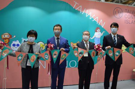 張仁久・駐日副代表(右1)、王淑芳・台湾文化センター長(左1)、キャラクターブランド・ライセンス協会の東山靖・副理事長(右2)、陸川和男・専務理事(左2)