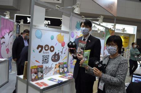 台湾のキャラクターをPRする張仁久・駐日副代表(右2)と王淑芳・台湾文化センター長(右1)