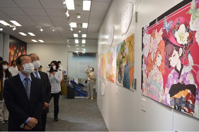 「ありがとう日本」イラスト展を参観する謝長廷・駐日代表と谷崎泰明・日本台湾交流協会理事長