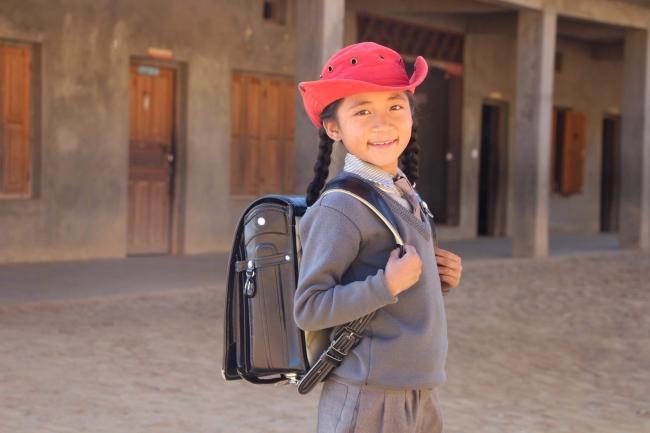 ランドセルを背負う児童のイメージ(コタン校にて撮影)