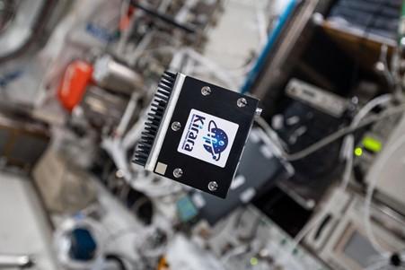 宇宙空間で浮かぶKirara装置 (C)NASA