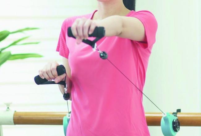手すりなどに機器を固定し、グリップを握って引っ張ることで筋力やバランス能力の回復を促します。