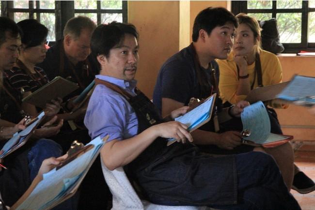 通常パナマで行われた品評会では たくさんの国からコーヒーの買い付け人が訪れ審査と同時に味の見本市が行われ、審査員と味の共有がされる。