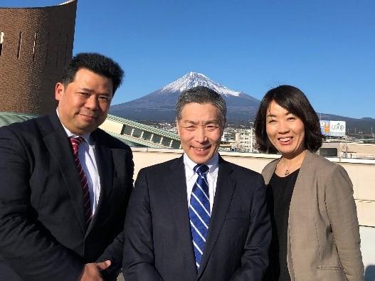 エフビズ・小出センター長(中央)とサヤビズセンター長・小林(右)プロジェクトマネージャー・林(左)