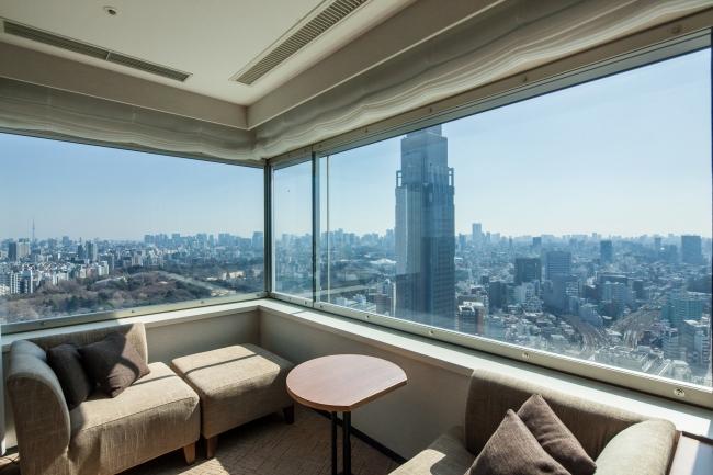 「パノラミック」タイプのお部屋からの眺望イメージ。窓際のカウチに腰をかけて、時間とともに変わる眺望をお楽しみください。