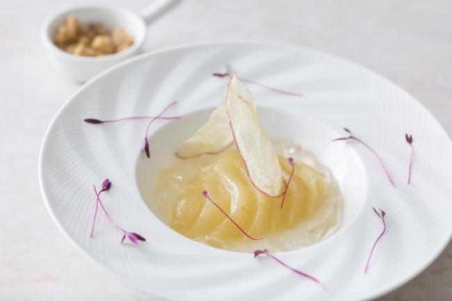 アヴァン・デセール(メイン前のデザート)洋梨とリンゴのマリアージュ クランブルとともに