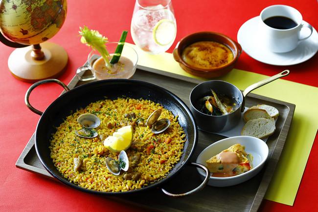 世界各国の料理をドリンクとともに楽しめるワンプレートが旅行気分を盛り上げます