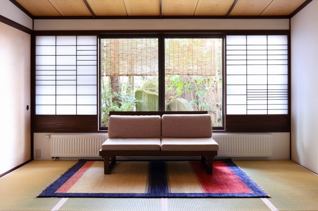 和室の空間にじゅうたんを敷くことで雰囲気が一変します